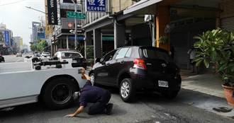 豪雨肆虐南台灣 馬路天坑陷汽車