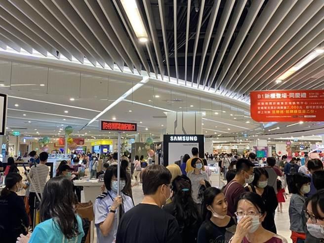 巨城購物中心上周末二日逛街人潮皆超過5萬人次。(圖/巨城提供)