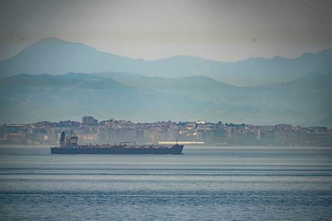 在直布羅陀海峽航行的克羅維爾號(Clavel),這是伊朗運給委內瑞拉的5艘油輪其中之一。(圖/美聯社)