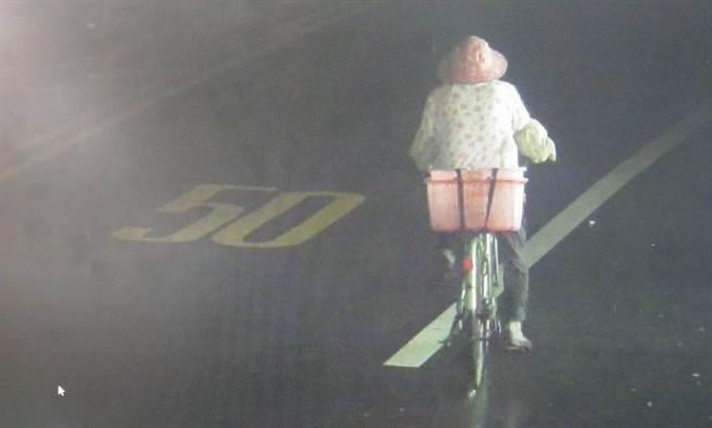 老妇迷途骑脚踏车近百公里警调监视器找到人。(龙潭警分局提供/吕筱蝉桃园传真)