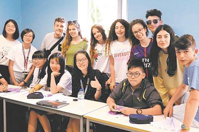 田卉蓁(前排左二)參加樹德家商舉辦的遊學活動,到倫敦與當地學生共同生活21天。(樹德家商提供/洪浩軒高雄傳真)