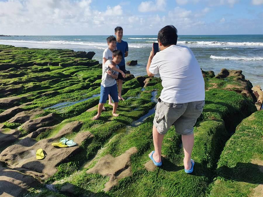 民眾為拍照取美景,踐踏在綠石槽上恐影響自然生態。(照片/讀者提供)