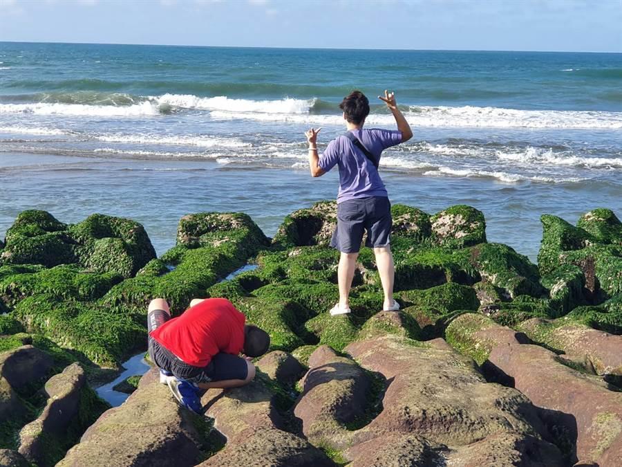 民眾拍照取美景,不顧礁石上濕滑直接踩踏。(照片/讀者提供)