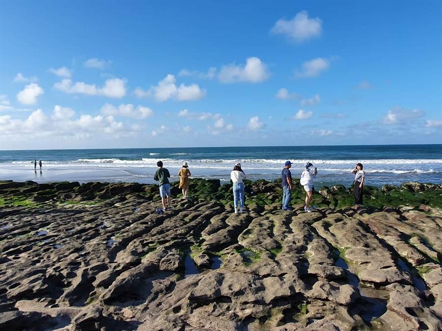 老梅石槽季節限定美景,竟遭遊客任意踩踏。(照片/讀者提供)