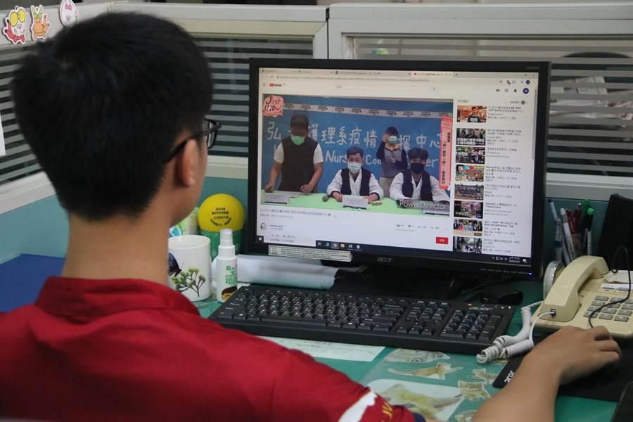 護理系學生模仿中央疫情指揮中心記者會,影片放網路引起討論。(陳淑娥攝)