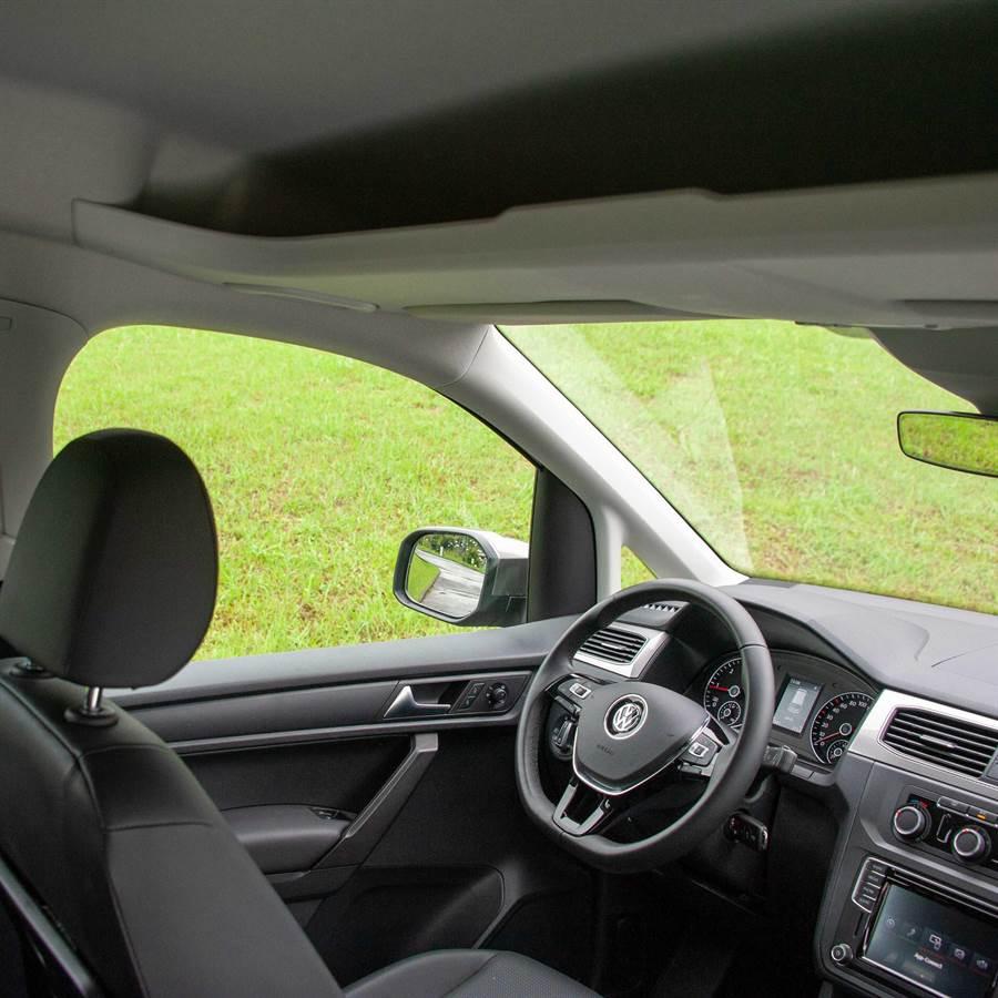 駕駛艙車頂置物區開放式設計,取放物品相當方便。(陳大任攝)