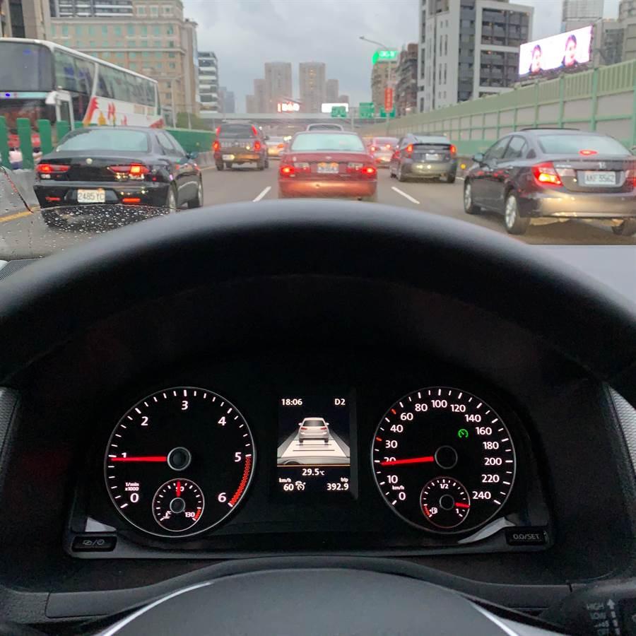 時速30km/h以上時,即可以設定ACC主動式固定車距巡航系統。(陳大任攝)