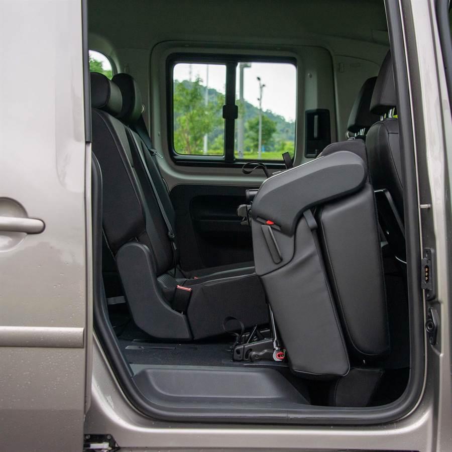 第二排座椅可摺疊前移,方便第三排乘客上下車。(陳大任攝)
