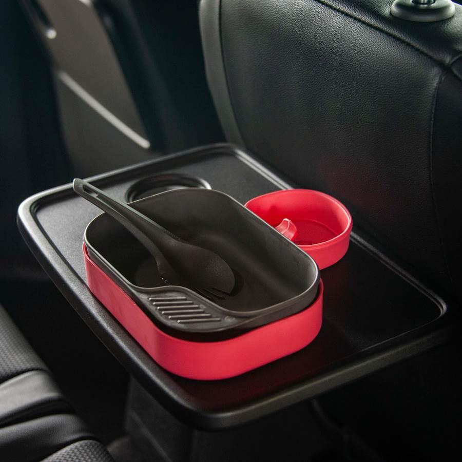 前座椅背摺疊桌內建置杯架,可供第二排乘客使用。(陳大任攝)