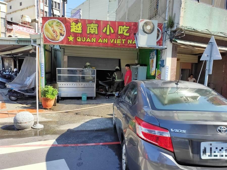 男子疑似與妻有財務糾紛,竟開車撞入小吃攤尋仇。(讀者提供/莊曜聰台南傳真)