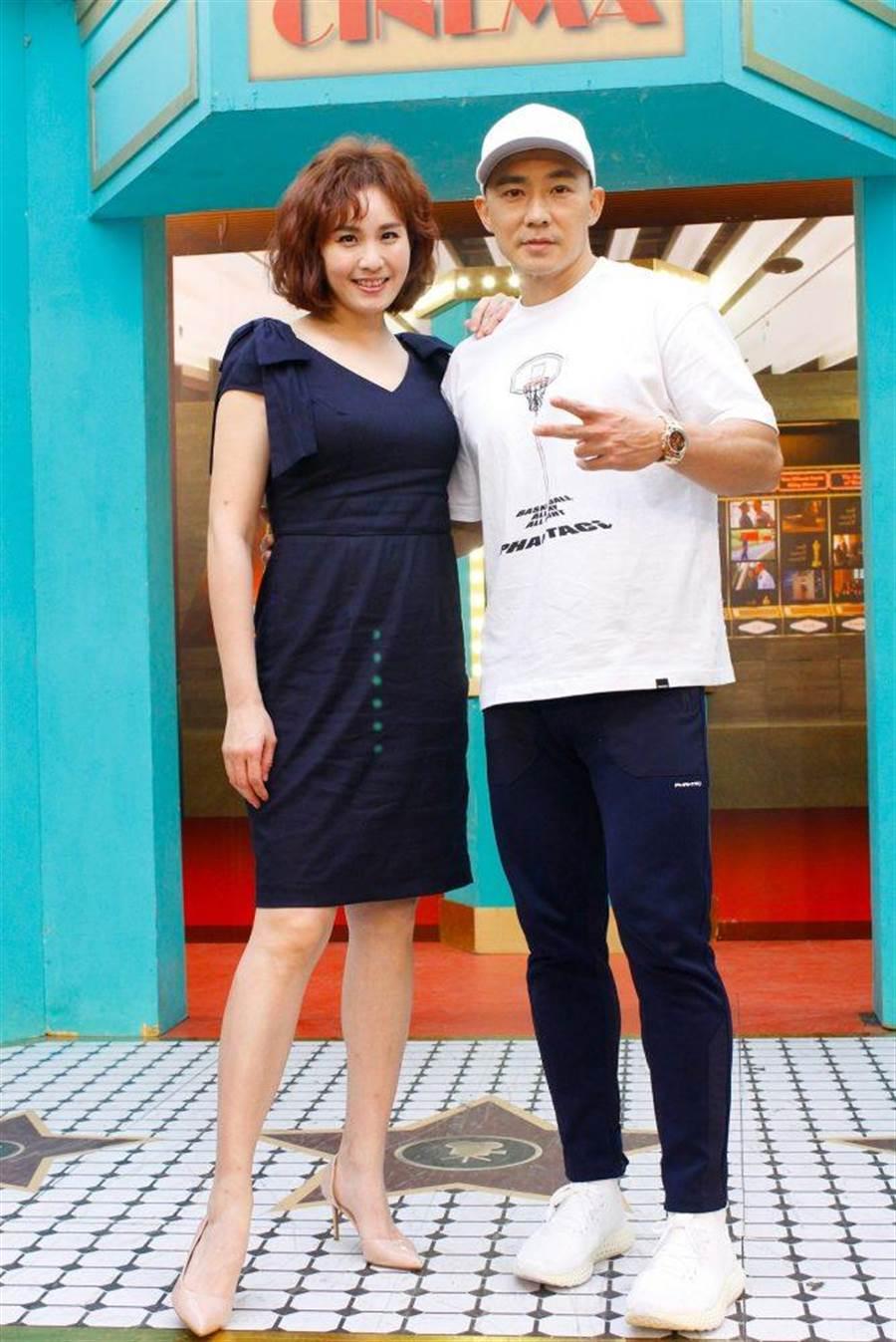 劉畊宏(右)、王婉霏夫妻聊育兒趣事。(衛視中文台提供)