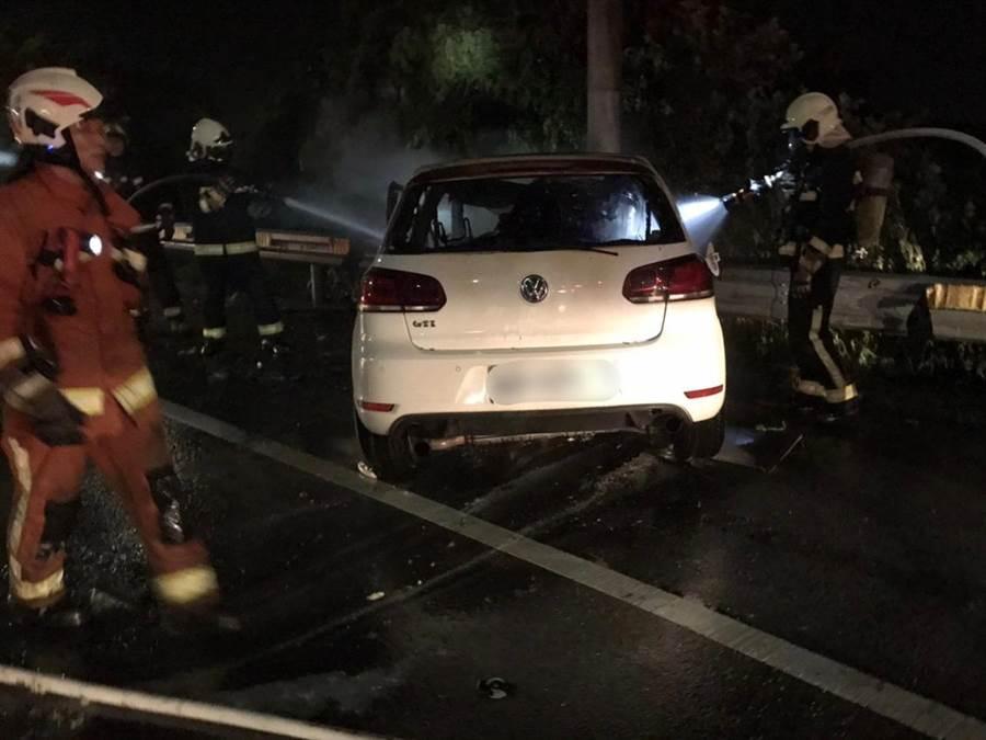 桃園自小客撞電線桿起火,3人燒死在車內。(呂筱蟬傳真)