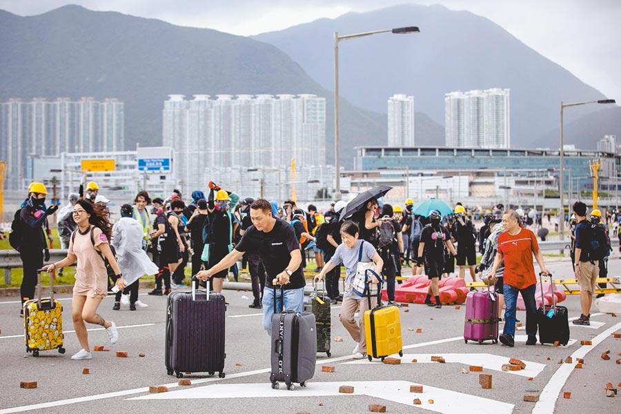 依據香港中大亞太研究所2019年10月進行的民調,加拿大是港人移民首選,其次是澳洲,第3才是台灣。圖為去年9月,離港者須突破抗議者設下的路障才能離港。(路透)