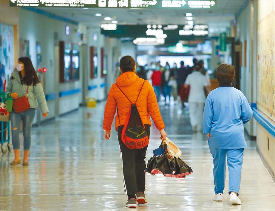 新冠疫情延燒近半年,因為害怕群聚感染,出入醫院的民眾明顯變少。(陳怡誠攝)