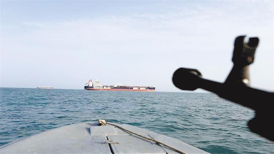 伊朗運油到委內瑞拉,警告美國別阻擋。圖為伊朗的油輪曾在直布羅陀遭到扣押。(美聯社)