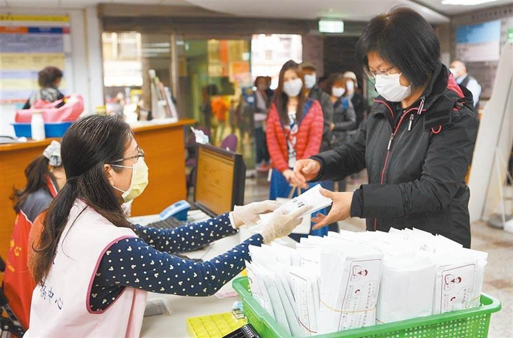 民眾擔心疫情排隊購買口罩情況 。(本報資料照片)