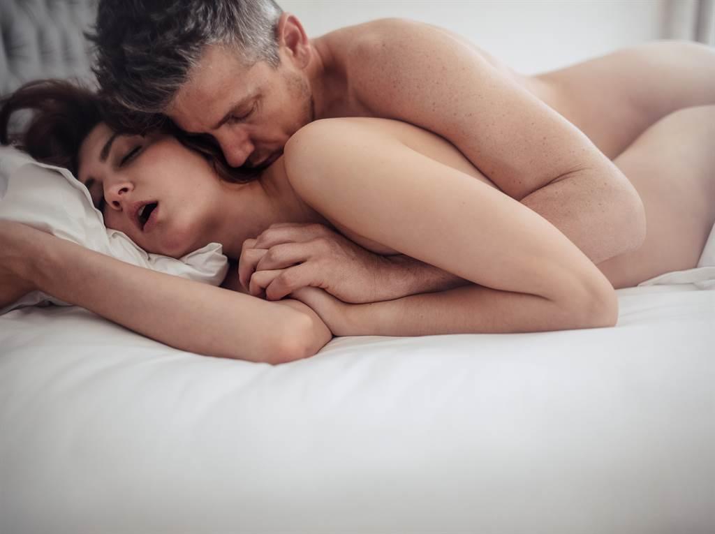 1名人妻網友在Dcard論壇上Po文分享自己與60歲老熟男嘿咻的感受。(示意圖/達志影像/shutterstock提供)