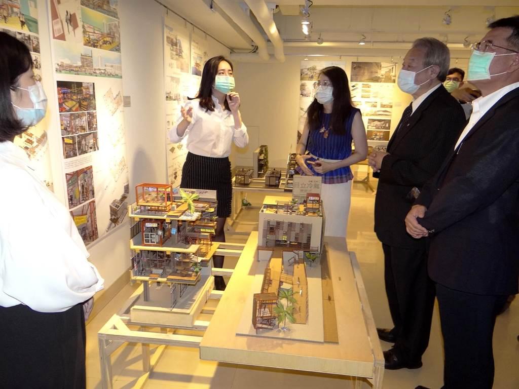 正修科大校長龔瑞璋(右二)聽取室內設計組第一名同學說明。(林雅惠攝)