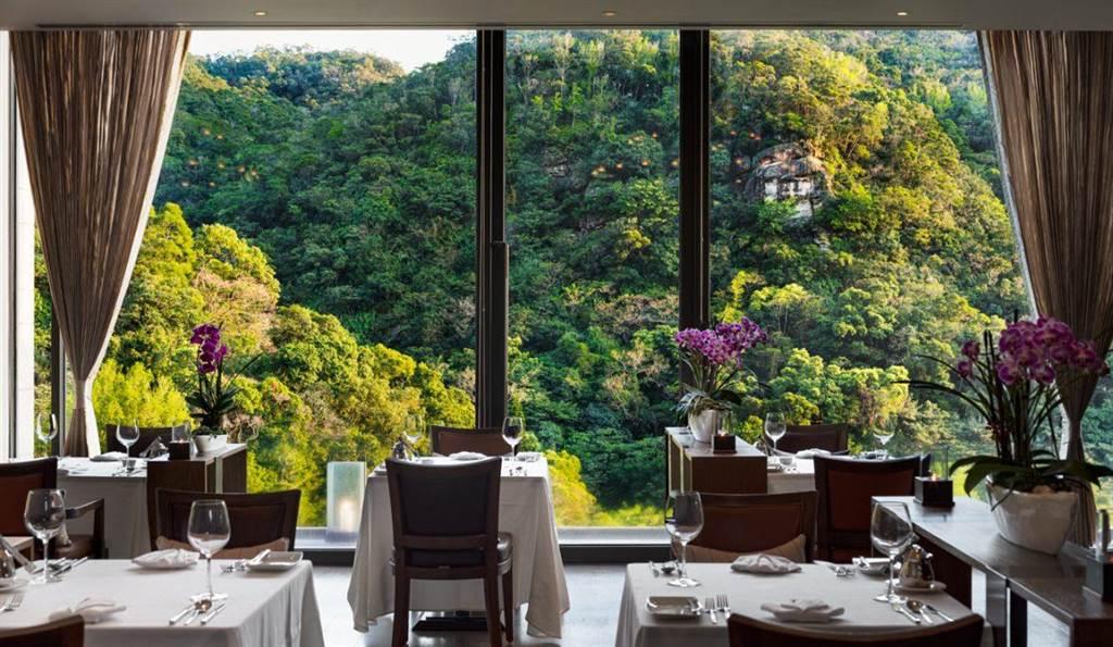 北投麗禧酒店的歐陸餐廳擁美麗的山林景緻。(北投麗禧酒店提供)