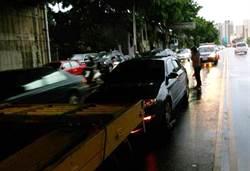 大雨婦人路中汽車拋錨  暖警緊急救難幫助脫困