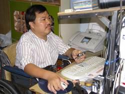 孝子克服身障照顧高齡老母 設計輔具幫助他人