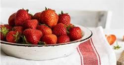 農藥殘留冠軍!草莓浸鹽水30分鐘…細孔鑽出「大量白色蛆蟲」