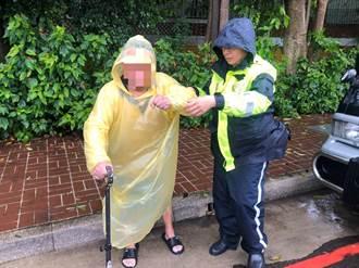 失智翁冒雨尋友迷途警馳援助返家