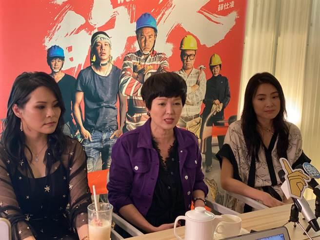 曾珮瑜(右起)、苗可麗、周蕙宣傳《做工的人》。(林淑娟攝)