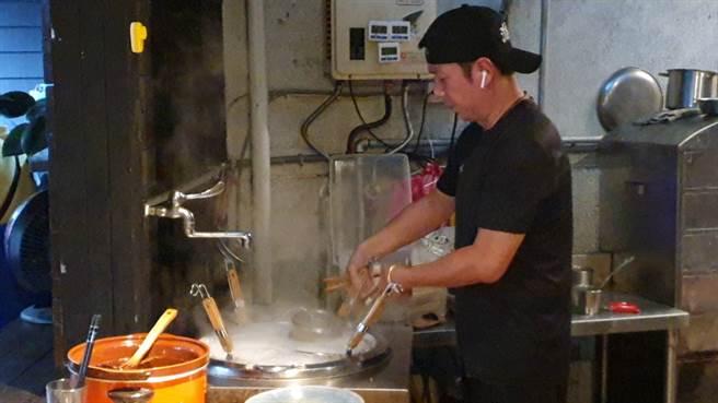 張兆漢放下刀槍、拿起鍋勺成型男主廚。(照片/游定剛 拍攝)