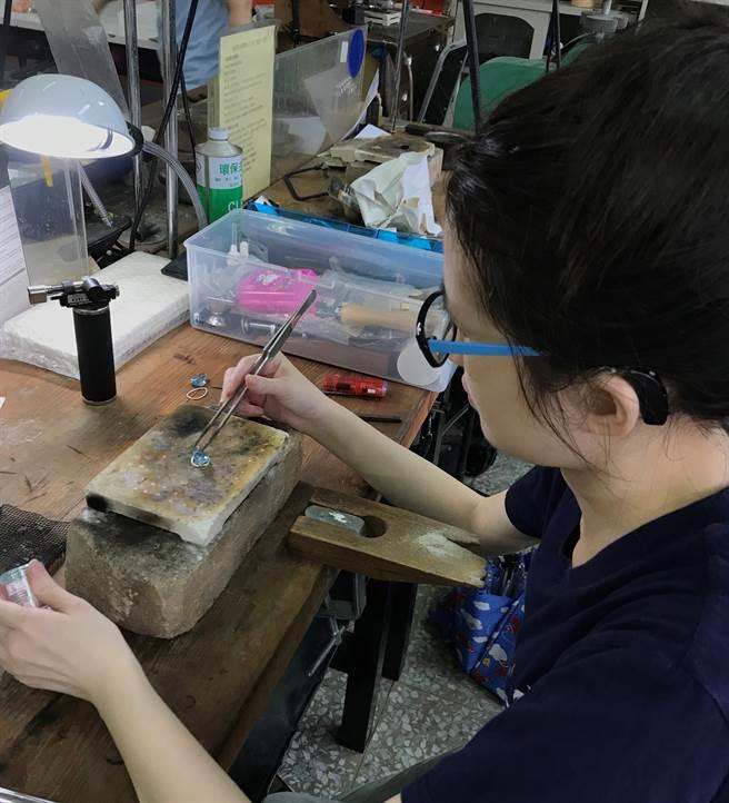 學生正在趕工自製珠寶作品。(大漢技術學院提供)