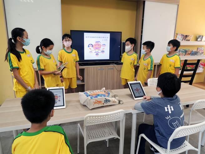 資優班教師帶領學生設計電子小書《大腦改造術—你不知道的各種記憶方法》,所有課程教材放在網路上分享。(新北市教育局提供)