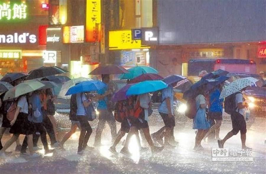 梅雨鋒面深夜發威 雨最大時間落在今晚到明天。(資料照)
