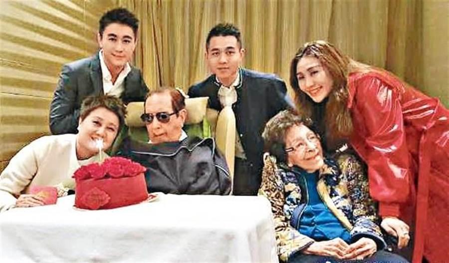 近年賭王何鴻燊的家人都有前往養和醫院為賭王慶生,更上載溫馨生日照。圖為2018年的合照。(香港東網)