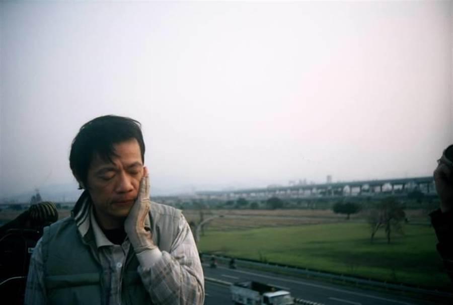 2008年《木棉花印記》吳朋奉飾演職災勞工家庭,首度獲得金鐘獎迷你劇影帝。(公視提供)
