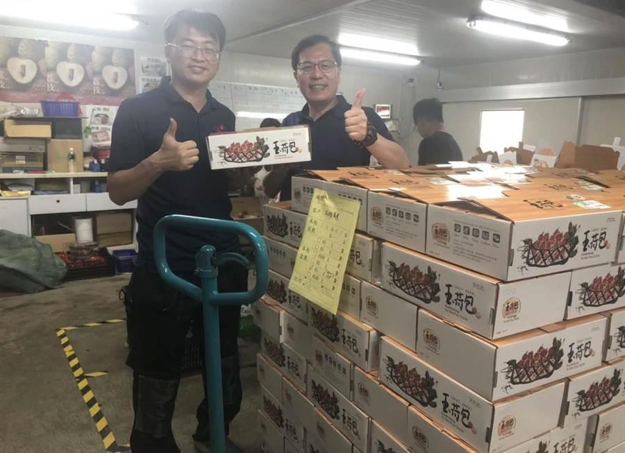 高市農業局長吳芳銘(右)強調,去年玉荷包產量少,今年產期到,要好好把握品嘗玉荷包的機會,絕對不要錯過。(高市農業局提供/林雅惠傳真)