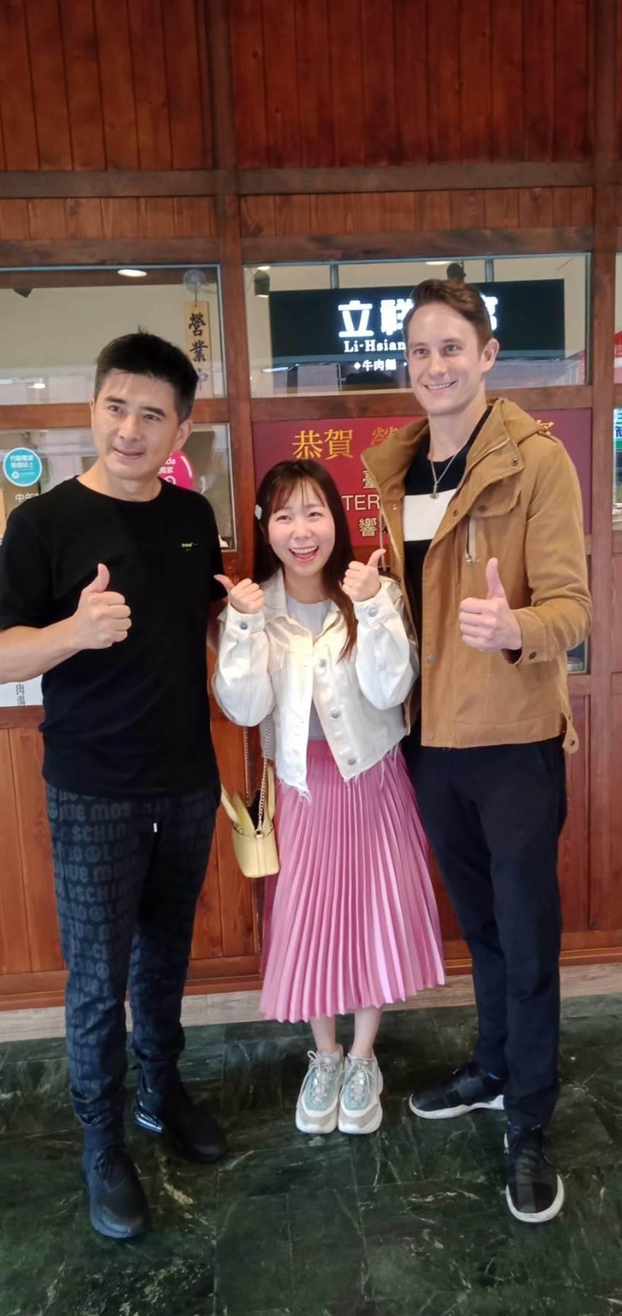 邵昕(左起)、早川小百合與馬丁合影留念。(國興衛視提供)