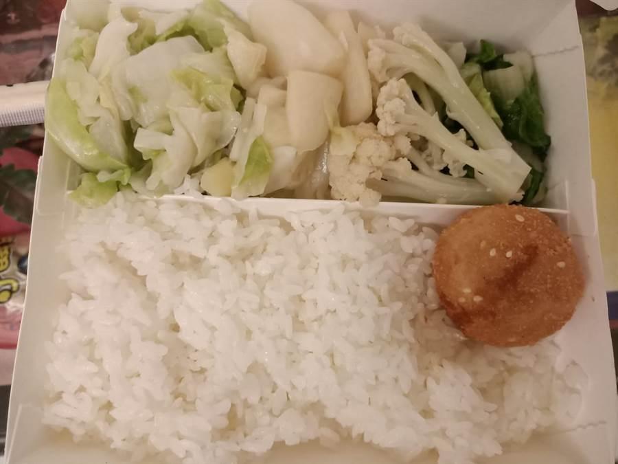 女網友在《爆廢公社》PO出照片,表示自己夾了3道青菜、白飯與一顆炸芋泥球,竟被收90元,直呼嚇到並軌 (圖/翻攝自臉書《爆廢公社》)
