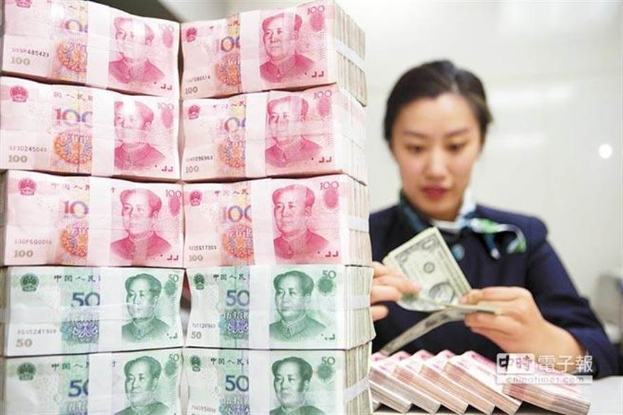 人民幣中間價貶至12年新低。(中新社)