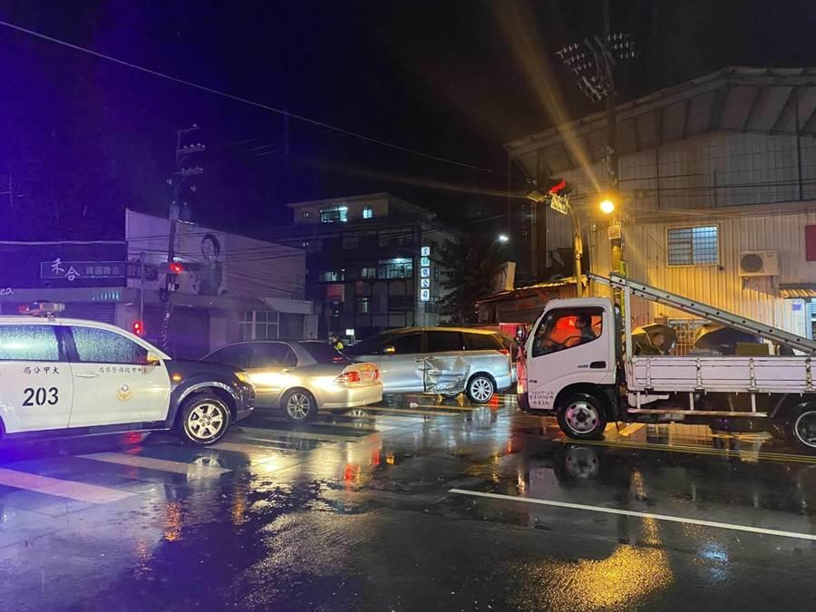 男子涉嫌毀損遭警方圍捕,竟衝撞警車後逃竄。(民眾提供/陳淑娥台中傳真)