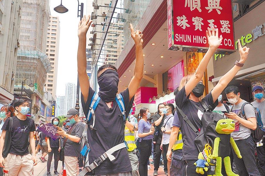 港區人大代表陳曼琪呼籲,應在香港設立「特別法庭」,審理國安案件,並由陸籍法官承審。圖為香港民眾24日上街抗議。(美聯社)