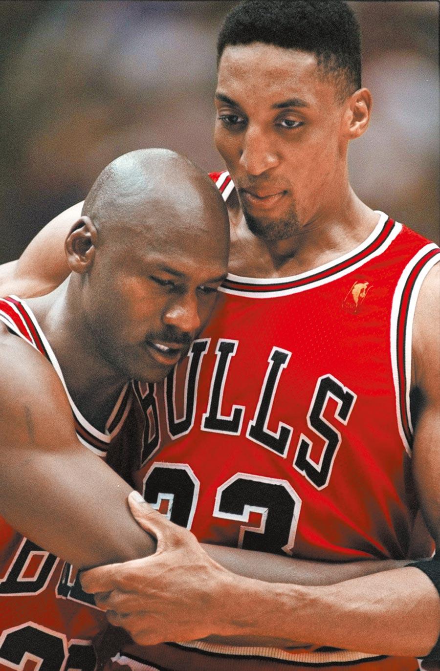1997年NBA總冠軍戰G5,抱病上陣的喬丹(左)砍進致勝三分球後,無力的攤在皮朋懷裡,成為經典一幕。如今喬丹在《最後一舞》紀錄片中爆料當年並非罹患流感,而是作客鹽湖城叫外送披薩被下毒。(美聯社資料照片)