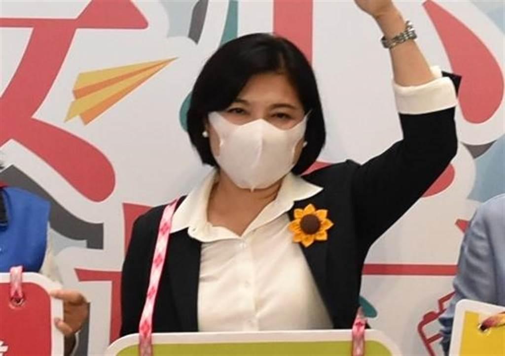 雲林縣長張麗善今(27日)表示,雲林縣內將提前在6月1日全面解禁,不論室內、室外、校園都不用再量體溫,只要保持安全社交距離也可不戴口罩。(周麗蘭攝)
