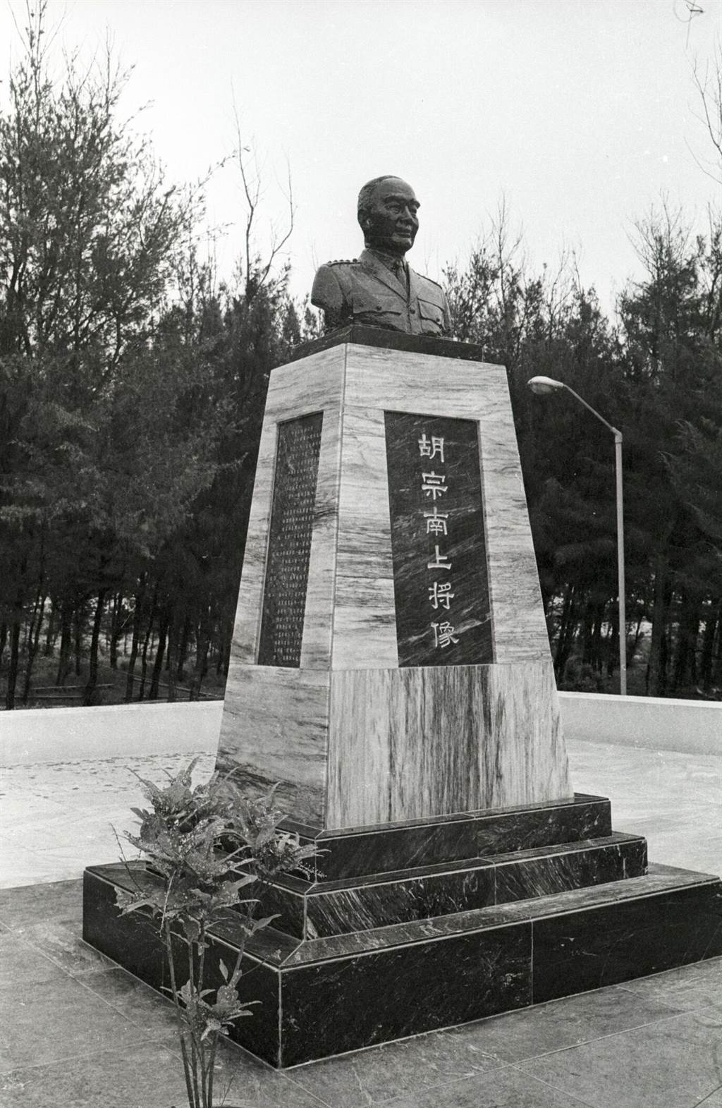 位在澎湖的胡宗南上將紀念像。(姚琢奇攝)