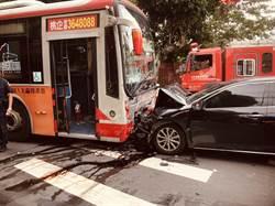 快訊》新北土城公車對撞汽車 2男女送醫