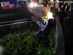 旗山疑天雨路滑 機車摔落大排水溝 1死1重傷