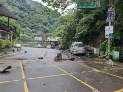 山區連日降雨 泰安苗62線落石砸車
