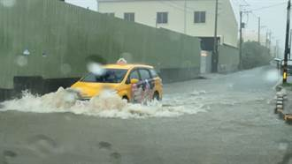 豪雨狂炸高雄!水淹沒輪胎畫面曝...他赤腳走去工作