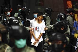 港人堵路抗議國歌法 港警拘捕300多人