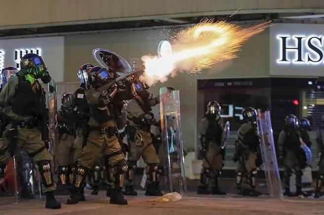 香港警察在去年反送中活動,使用催淚彈驅離示威者。(圖/美聯社)