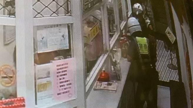 大溪警方阻止妇人匯款保住钱财。(大溪警分局提供/吕筱蝉桃园传真)